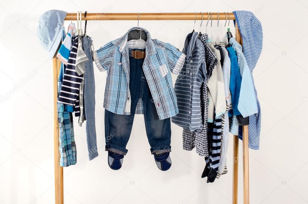 vestir armario con ropa dispuesta en perchas armario azul y blanco del recin nacido nios bebs bebs de toda la ropa muchas camisetas pantalones