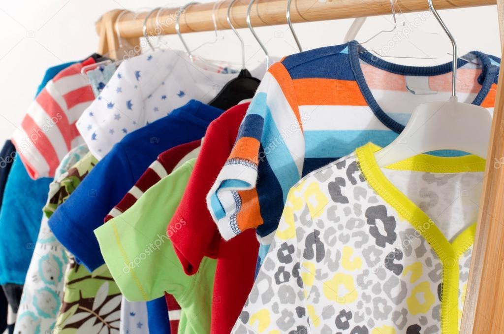 vestir armario con ropa dispuesta en perchas vestuario colorido de recin nacido nios