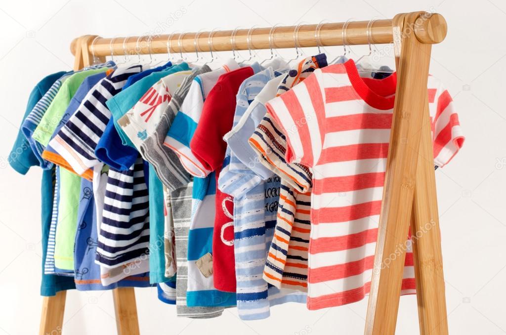 Туалетная шафа з влаштовується на вішалки одяг. Барвисті гардероб  новонародженого f2a09dc468b0f