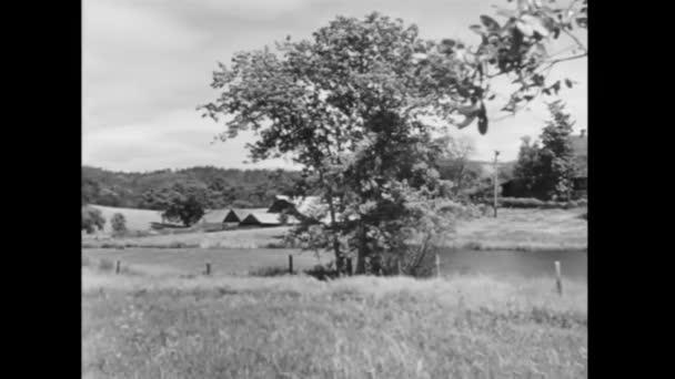 tiché scény řeky a farmy