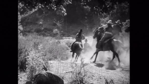 Kovbojové jezdeckých koní