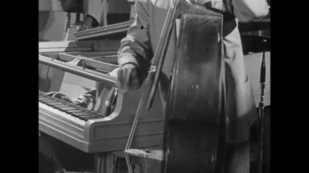 Pianist begleitet Bassist in Band