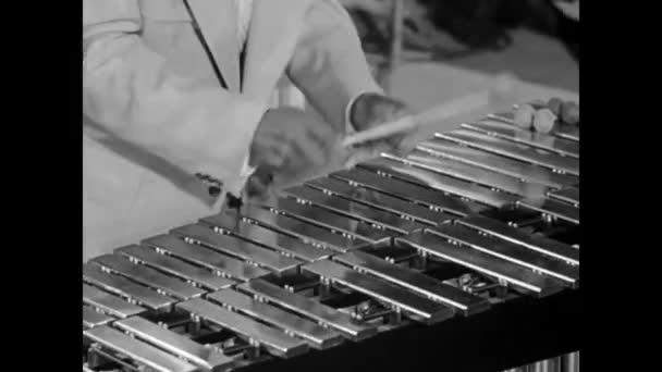 zenész játszik xilofon