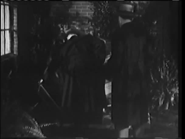 muži do suterénu dveřmi bouře