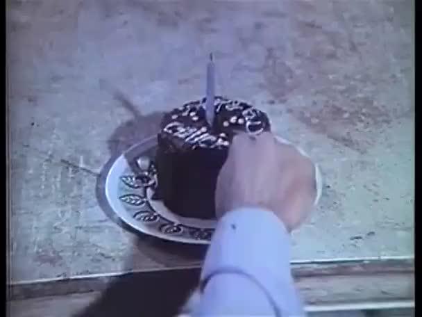 Uomo Cercando Di Tagliare La Torta Di Compleanno Video Stock