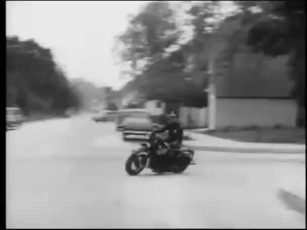 Policista na koni motocyklu