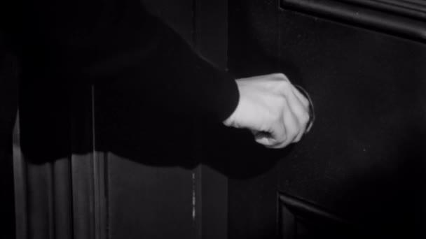 Žena se snaží otevřít zamčené dveře