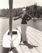 mladá žena stojící na molu