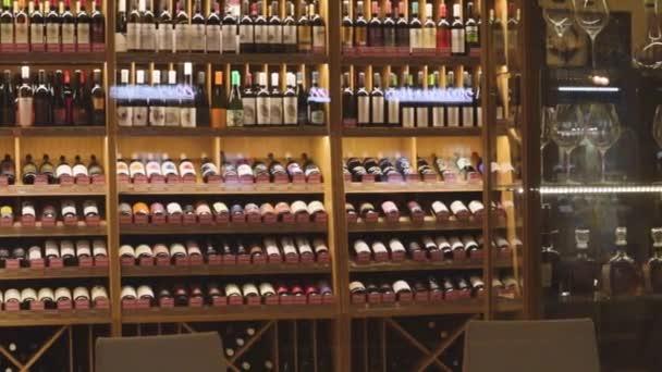 víno brýle obchod sklad vzácné hrozny odrůdy luxusní sbírka nápojů
