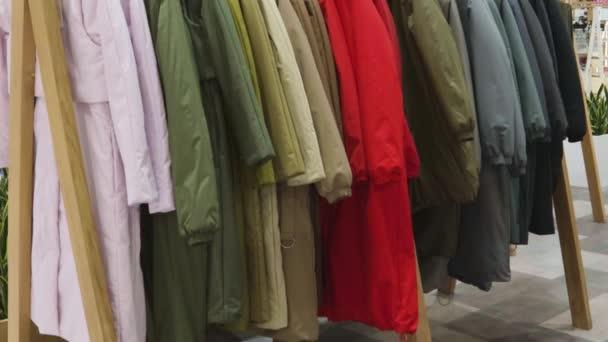 Akció a bevásárlóközpont ruhaüzlet vállfa stand jel divat hét