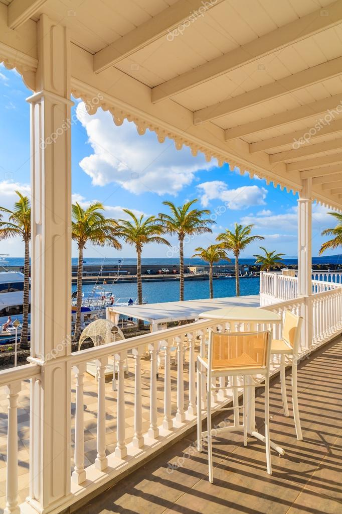 Sillas de terraza en puerto calero marina construido en estilo caribe o foto de stock - Cerramiento terraza sin licencia ...