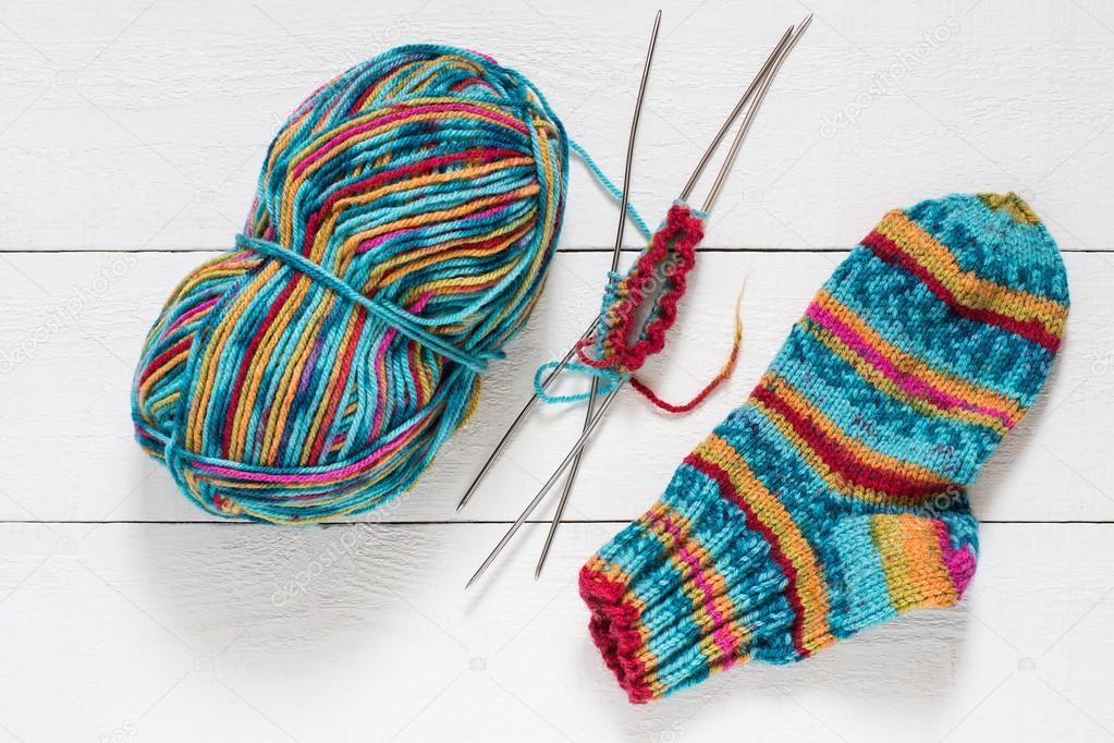 Hilado abigarrado, calcetín, agujas que hacen punto — Foto de stock ...