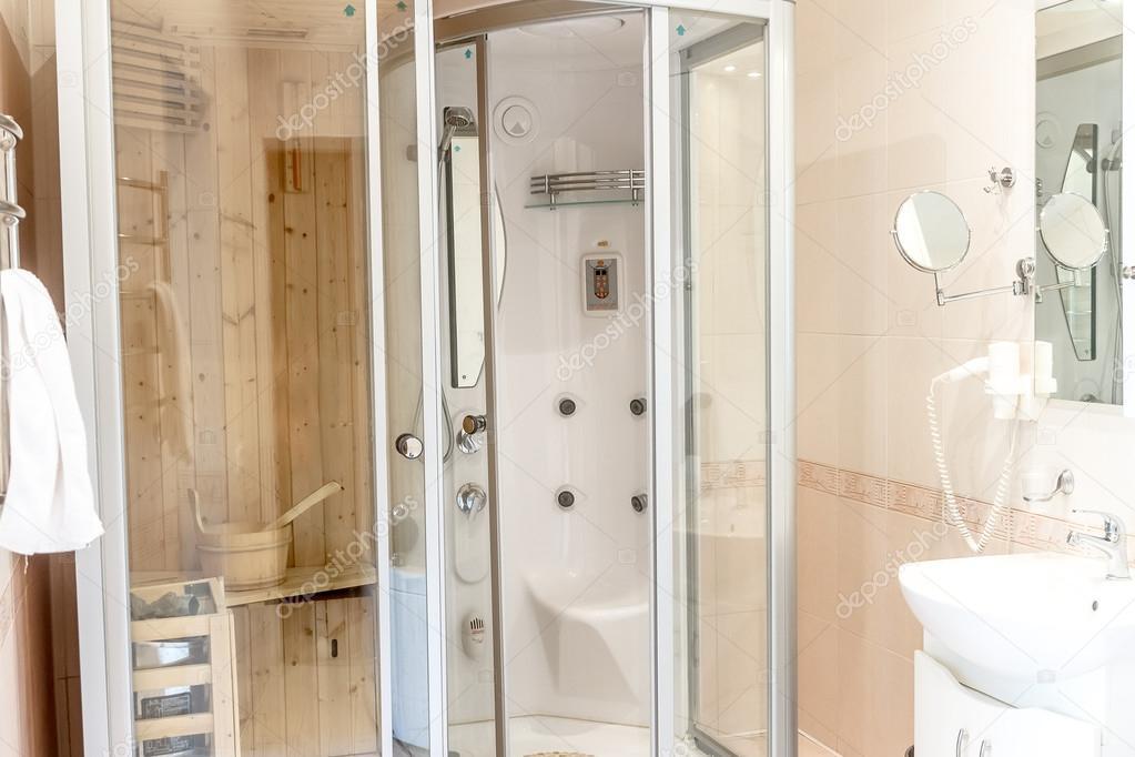 wellness sauna cabine in witte badkamer, huis of hotel — Stockfoto ...