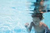 Fotografie mladý chlapec pod vodou portrét