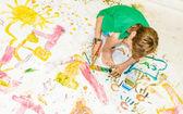 Roztomilé malé dítě dívka malba nad bílá