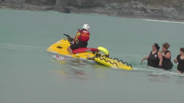 Plavčík Royal National Institute záchranný člun (Rnli) na jet-ski