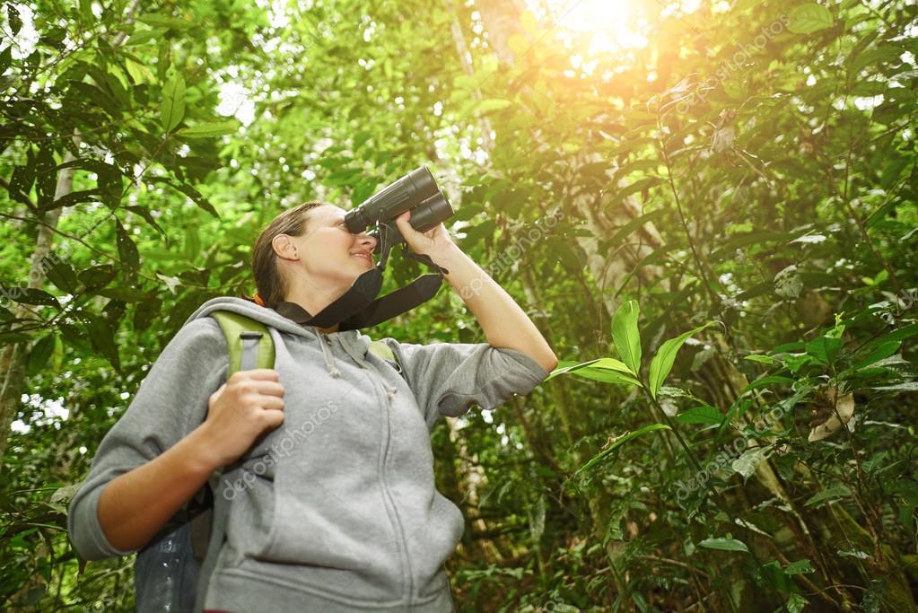 Wanderer die gerade durch ferngläser wildlebenden vogelarten im