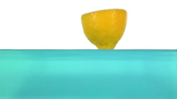citron stříkající do vody