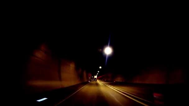 Auto rychle tunelem