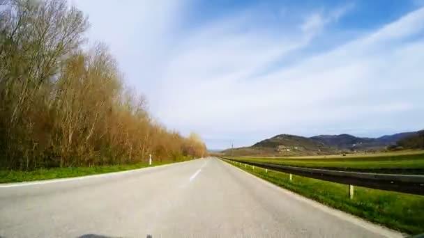 Rychlé auto přes silnici