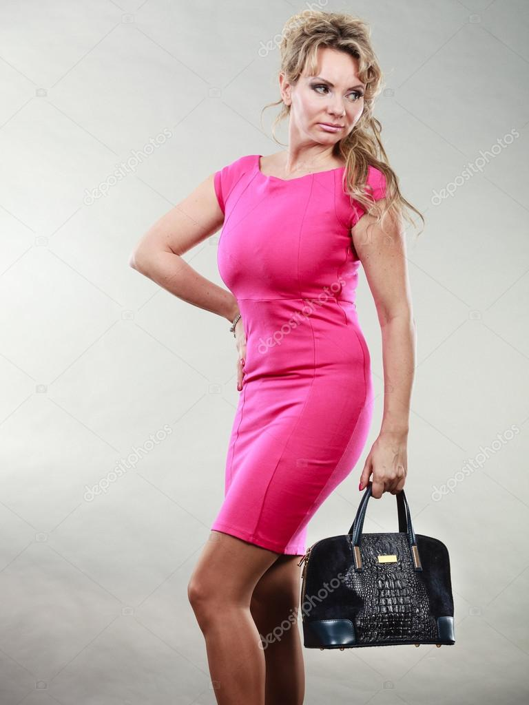 Elegante media de mujer en vestido con bolso — Foto de stock ...