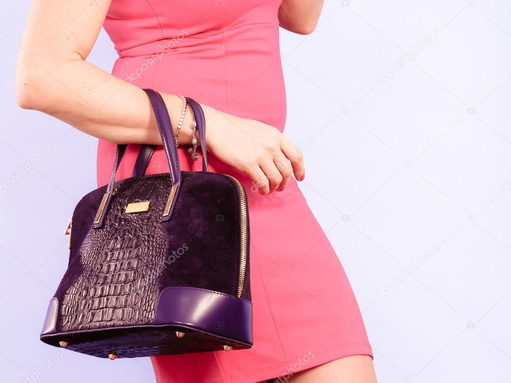 Elegante media de mujer en vestido con bolso — Fotos de Stock ...