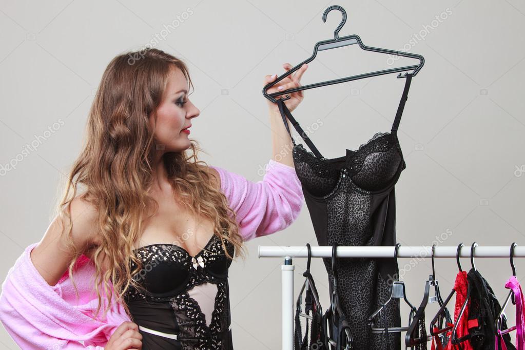 468347479 Comprador de mulher sexy na loja com lingerie — Fotografia de Stock