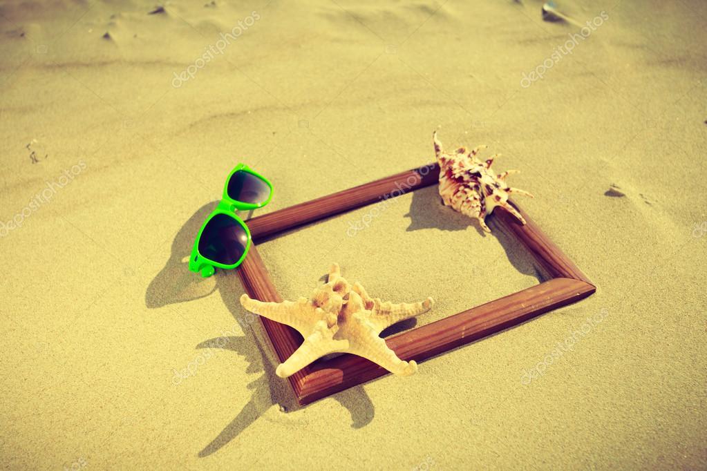 Marco en la arena de la playa — Fotos de Stock © Voyagerix #109089708