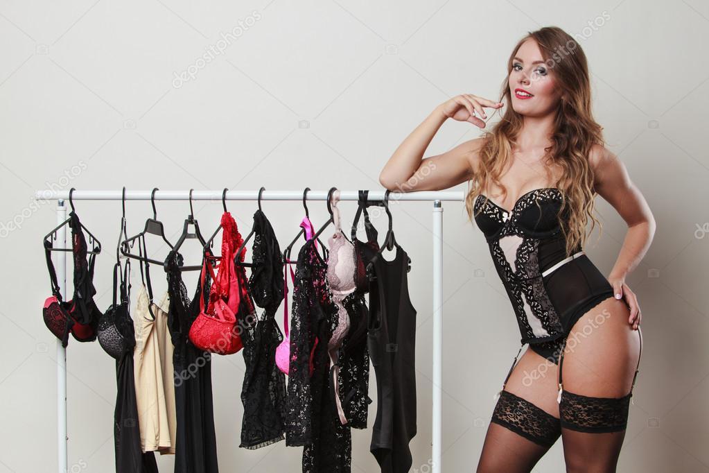 f692952f4 Nákupy pro večerní romantiku. Nádherné atraktivní sexy žena nákup spodního  prádla. Svůdná žena nosí černé lákavé spodní prádlo na nákupy — Fotografie  od ...