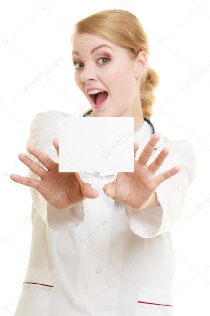 Carte Assurance Maladie Femme.Femme Medecin Tenant Un Exemplaire Espace Carte