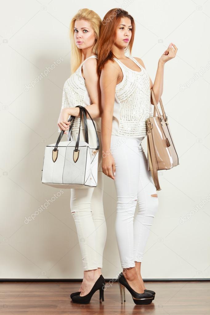 aa3c100db824 ... Φωτογραφία Αρχείου · Αξεσουάρ μόδας ρούχα για τις κυρίες. Ένα πλάνο των  δύο νέων μοντέλων με τσάντες. Ελκυστικά κορίτσια που φορώντας λευκό τα ίδια  ...