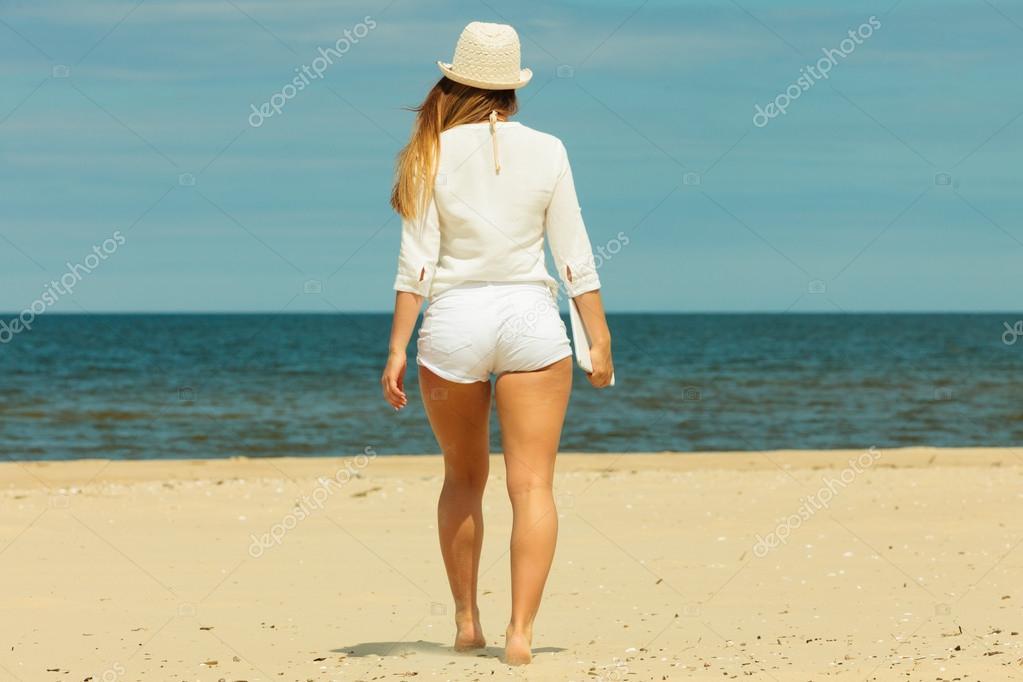 Фото девушка на пляже с длинными волосами