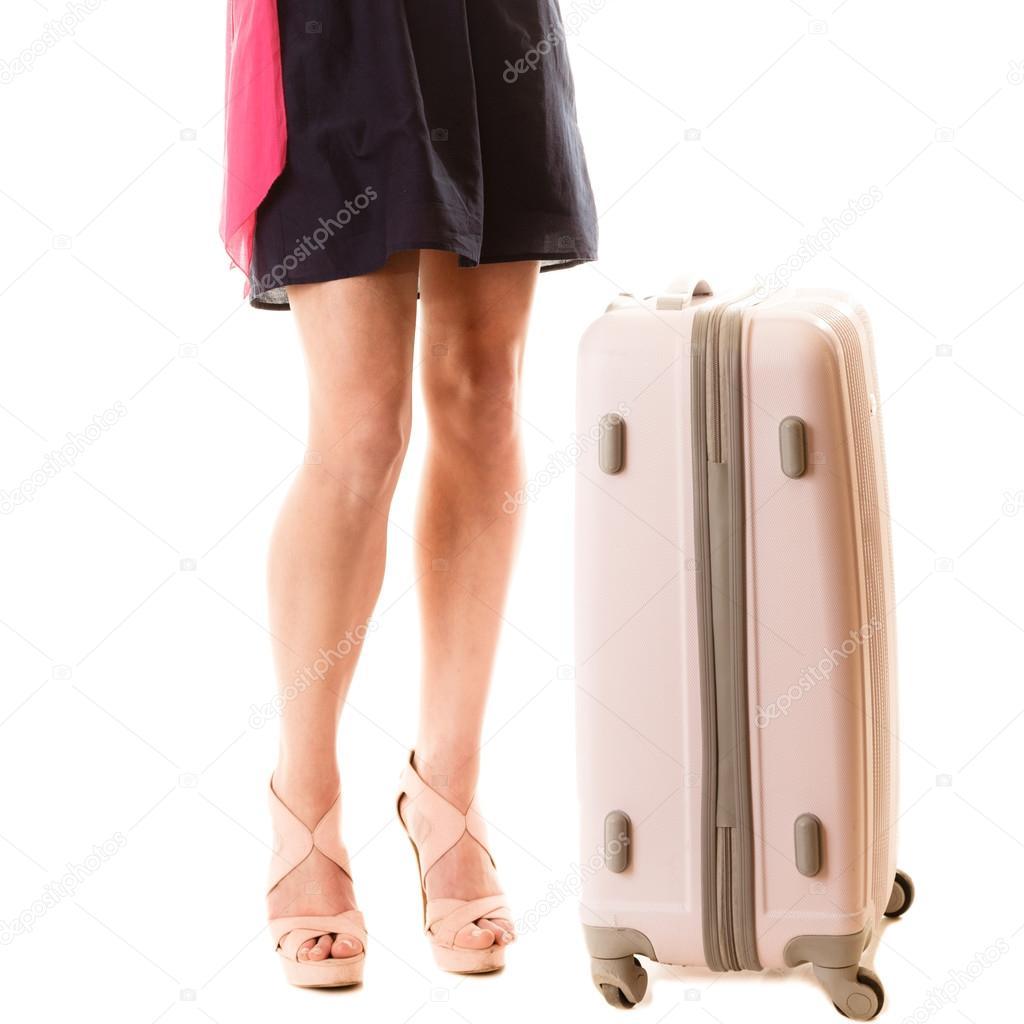 12879a781b ταξίδια διακοπές. Γυναικεία πόδια και βαλίτσα τσάντα — Φωτογραφία ...