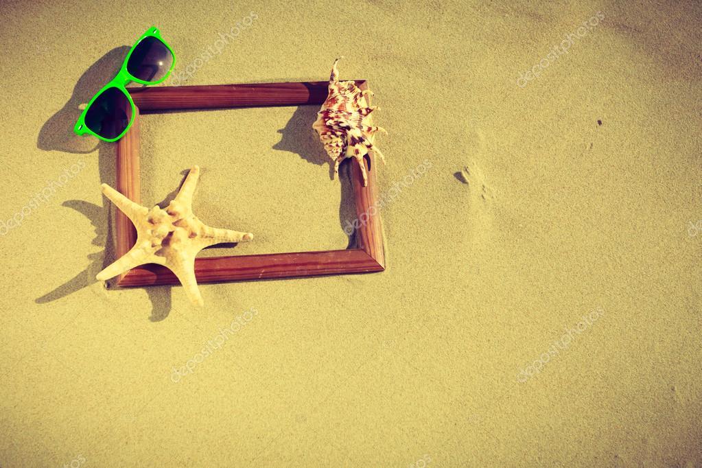 Marco en la arena de la playa — Foto de stock © Voyagerix #116652182