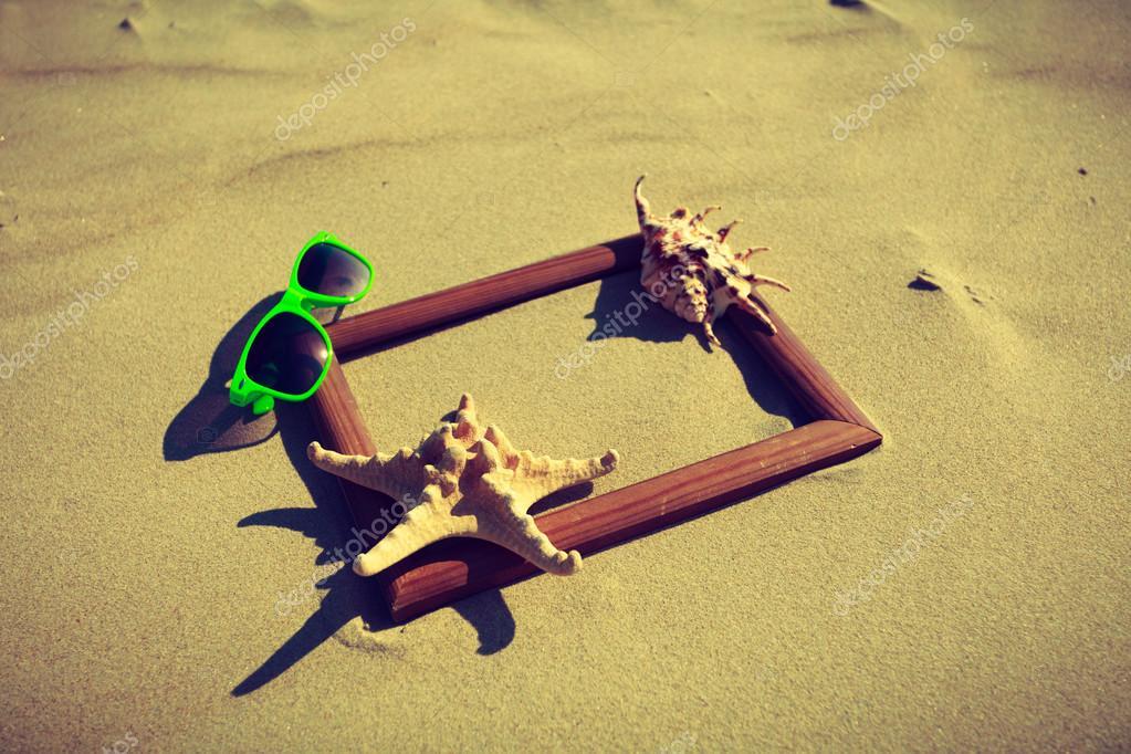 Marco en la arena de la playa — Foto de stock © Voyagerix #116652534