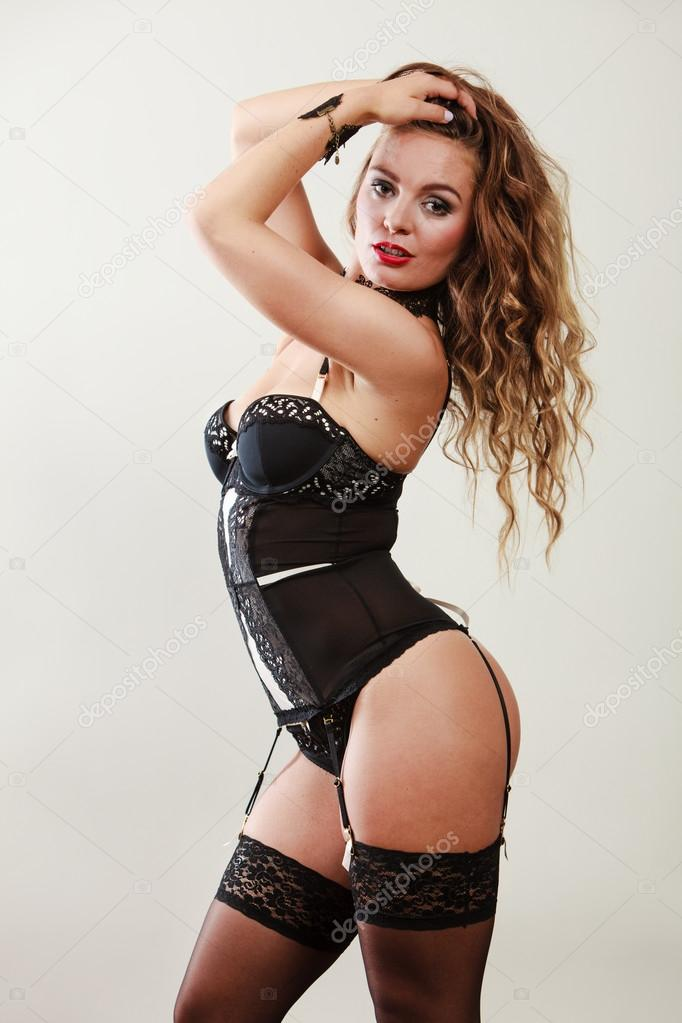 cbadcc53 Sensual atractiva pelo largo hembra modelo posando en lencería sexy negra  encaje en estudio - imágenes: ropa interior provocativa de mujer — Foto de  ...