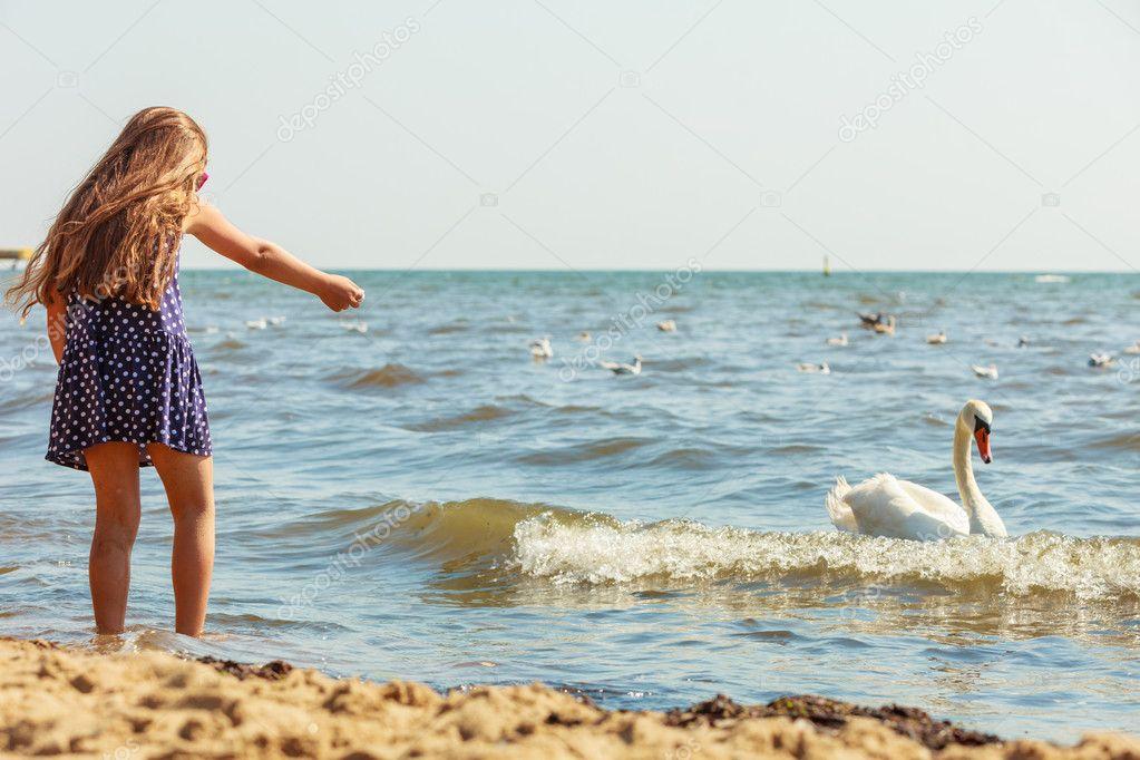 μικρό κορίτσι βόλτες μεγάλο πουλί πορνοστάρ χύτευση