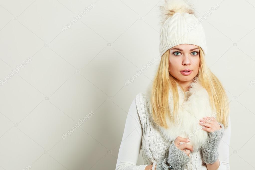 7a1f93371540 Ελκυστική γυναίκα φοράει ρούχα χειμώνα — Φωτογραφία Αρχείου ...