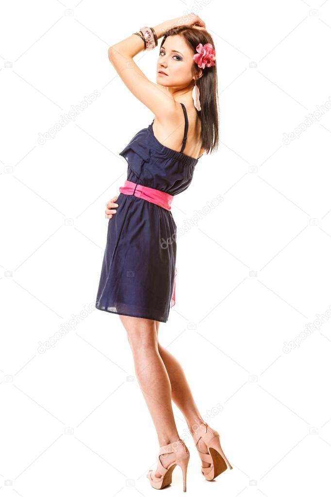 7685edd83b6a Concetto di bellezza e moda - giovane donna in tutta la lunghezza