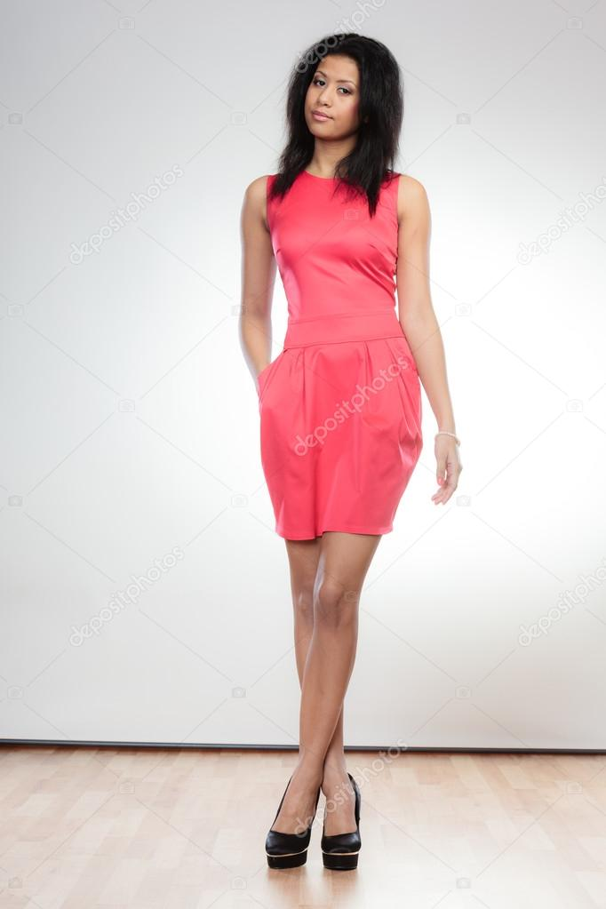 05e68accd8c27c Meisje in een rode jurk poseren — Stockfoto © Voyagerix  67541639