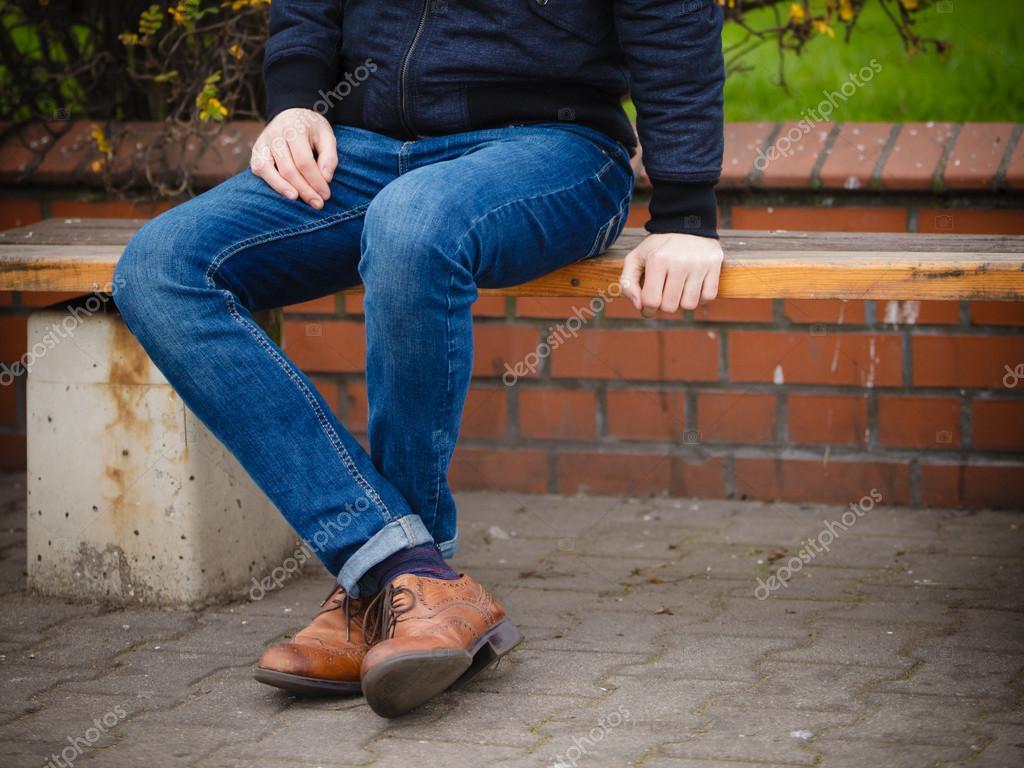 Парни раздвигают ноги фото в джинсах