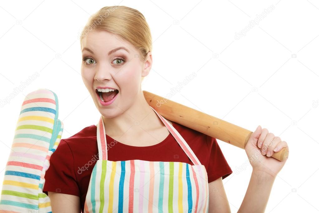 Casalinga divertente in grembiule da cucina tiene cottura ...