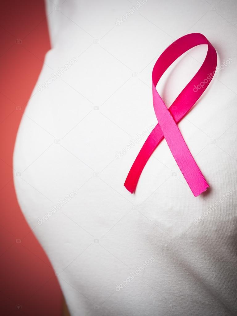 poitrine de la femme avec ruban rose cancer photographie voyagerix 75363183. Black Bedroom Furniture Sets. Home Design Ideas