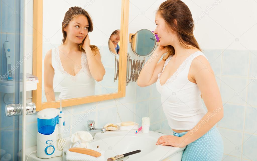 Mädchen im Badezimmer in Spiegel — Stockfoto © Voyagerix #81096198
