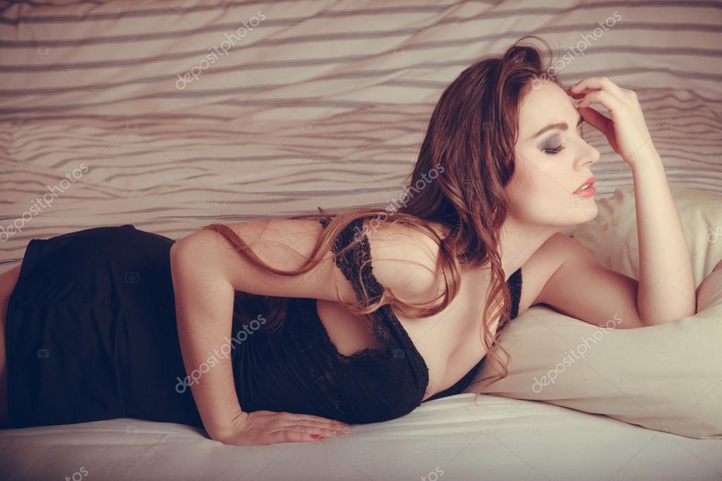 foto-devushek-lezhashih-v-krovati-v-seksualnom-bele-domashnee-porno-tolko