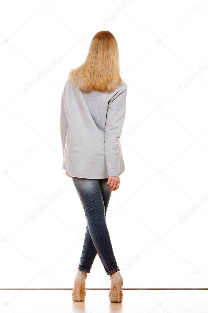 a77318d6fef9 Concetto di moda e persone. Donna in tutta la lunghezza in pantaloni in  denim