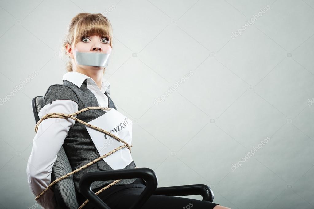 девушка в джинсах привязана к стулу фото дебра