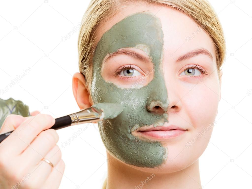 Criticism Apply facial mask that