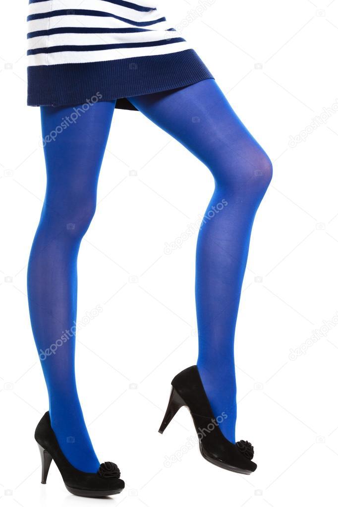 f9c3ad13f Piernas largas de mujer y medias azules aisladas — Fotos de Stock ...