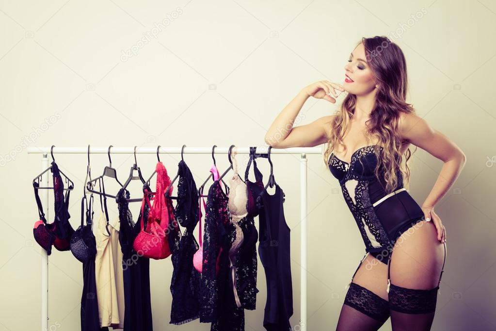 dc145e77c Lindo comprador encantadora mulher sexy na loja usando e comprando lingerie.